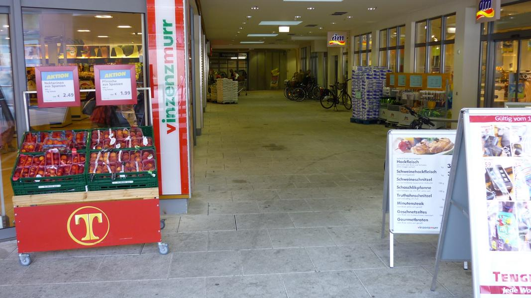 Consulting service on the surface of slabs in a shopping arcade in Munich