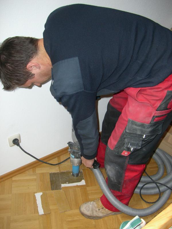Taking a core sample of the screed in a private home in Pfronten to determine the floor construction